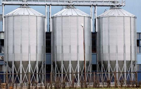 3 つの光沢のある鋼貯蔵タンク、産業の背景