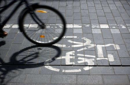 ストリートとモーション blured 自転車の車輪の自転車国道の標識
