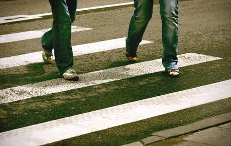 2 つの歩行者の横断歩道を横断の意図的なハイ コントラスト画像 写真素材