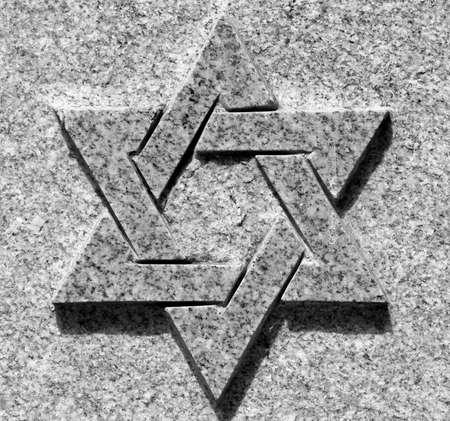 ダビデの星の石の上の黒と白の写真