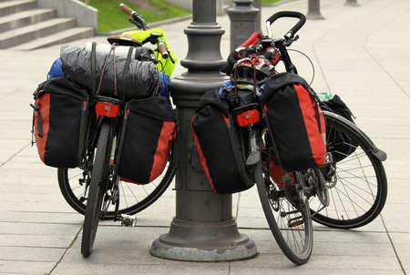 2 つの自転車パケットとトラベル バッグ都市通りで休む 写真素材