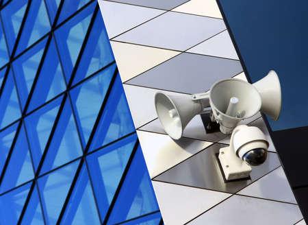 近代建築の建物に現代のセキュリティ機器
