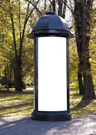 クラシックなスタイルにテキストを追加する秋の公園で空ビルボード 写真素材