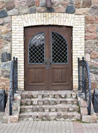 装飾的な金属の手すりで古い大邸宅の玄関ドア 写真素材