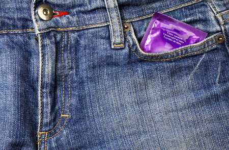 フォントのブルー ジーンズのポケットにコンドーム