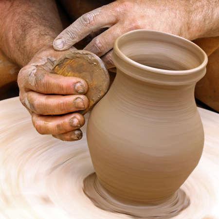 陶芸家にクローズ アップ手作りの粘土陶器 写真素材
