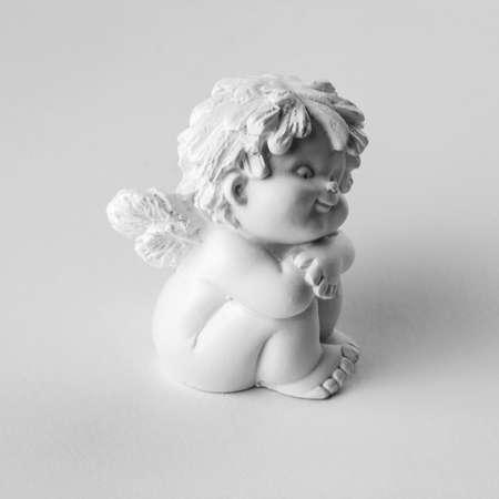 黒と白のキューピッドに孤立した白い背景を彫刻します。 写真素材