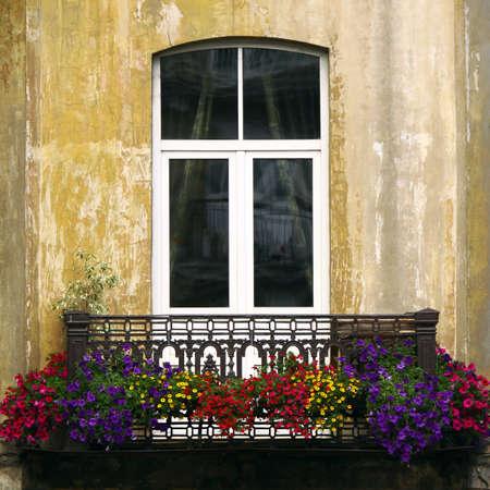 時に夏の花と古いバルコニー