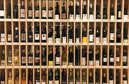 ワイン ・ ボトルのワイン店で木製の棚の上のビリニュス, リトアニア - 2013 年 10 月 5 日: 様々 な