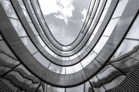 近代的なオフィスビルの低角度のビュー。黒と白の写真