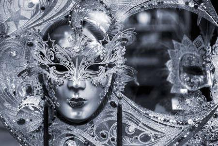 Zwart-wit foto van de traditionele carnaval masker in Venetië, Italië