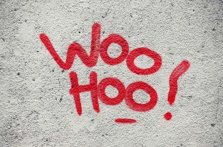 El color rojo gritar woo hoo escrito en la pared