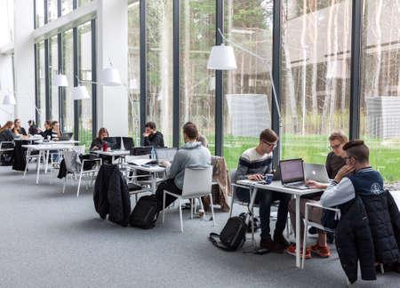 ビリニュス, リトアニア - 2016 年 4 月 23 日: 生徒に座っていると、リトアニアのヴィリニュス大学図書館で勉強