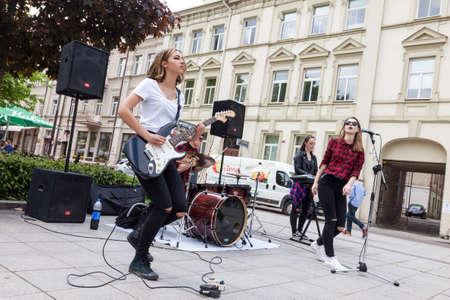 Vilnius, Lituania - 21 de mayo, 2016: chica banda de rock adolescente que se realiza en la calle en el día de la música tradicional de la calle en Vilnius, Lituania