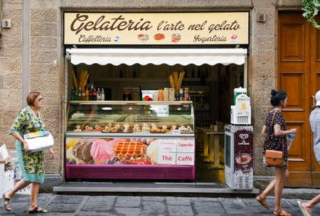 Gelateria 外観 - イタリア、フィレンツェの伝統的なイタリアのアイスクリーム店のフィレンツェ, イタリア - 2016 年 7 月 13 日: ストリート ビュー。