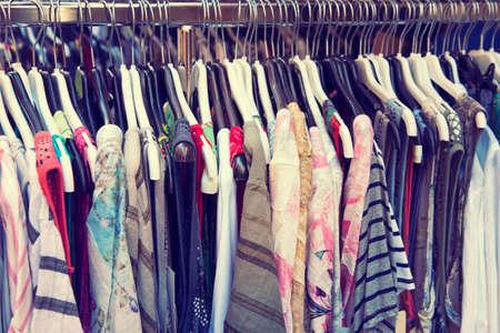 Kleidung auf einer Schiene im Laden hängen Standard-Bild
