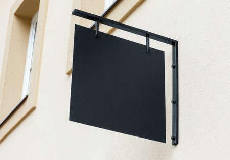 Negro vacío maqueta al aire libre señalización para agregar logotipo de la empresa Foto de archivo
