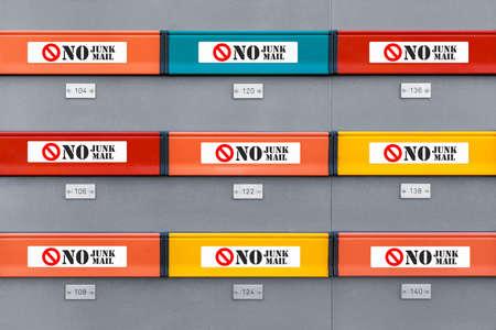 Cassette postali moderne multicolori senza adesivi di posta indesiderata su ogni scatola. Immagine illustrativa vista frontale
