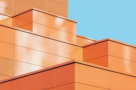 Dettaglio moderno della facciata dell'edificio, forma architettonica astratta del metallo contro il cielo blu