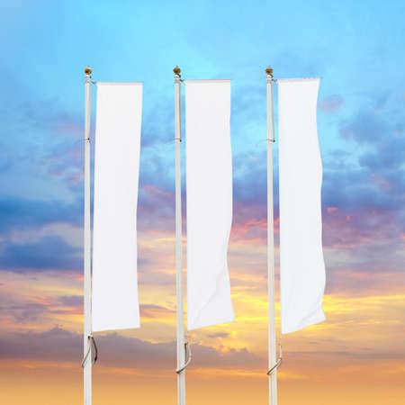 Tre bandiere aziendali bianche vuote su aste con sfondo cielo al tramonto, mockup di bandiera aziendale su logo, testo o simbolo dell'annuncio, modello di bandiera di identità aziendale con spazio di copia