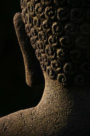 cabeza de buda: La parte posterior de la cabeza de un Buda s con una oreja y los detalles del cabello Este es un resumen de una de una estatua auténtica piedra antigua se encuentra en el complejo de templos de Borobudur en Indonesia