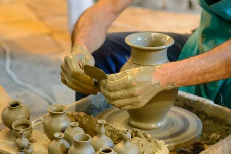 alfarero: Maestro alfarero en el trabajo mientras se crea un florero