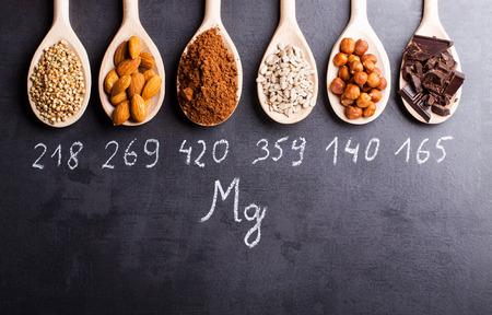 alimentacion sana: Productos ricos en magnesio en cucharas de madera.