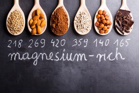 Prodotti ricchi di magnesio su cucchiai di legno.