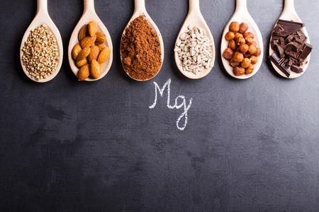 Produits riches en magnésium sur des cuillères en bois