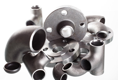 Steel welding fittings on group. Flanges, elbow, tees and plu on white space. Stockfoto