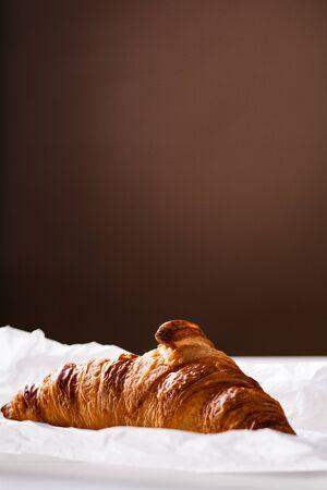 pasteleria francesa: Croissant francés pastelería en papel blanco para hornear.