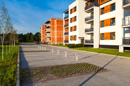 Nouveau bloc multi-famille et bâtiment en construction. Éditoriale