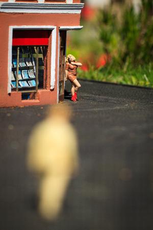 prostituta: Pequeña figura de la prostituta en la esquina de la calle y los hombres silueta.