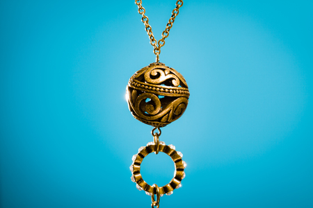 青の背景にバザールから安い金属ペンダント ネックレス。