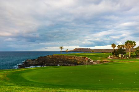 Campo de golf a lo largo de la costa rocosa. Tenerife, España. Foto de archivo