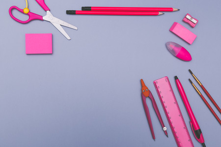 Back to school concept background with pink school accessories. Banque d'images