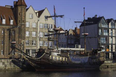 Retro pirate ship at Motlawa river in Gdansk old town. Archivio Fotografico