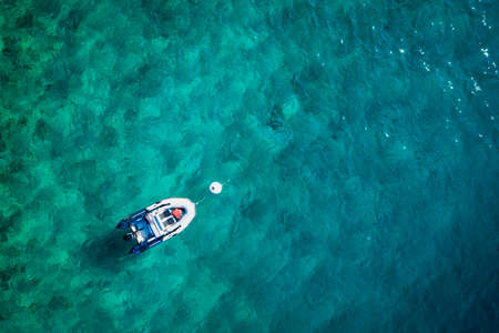 Top view of turquoise water and boat. 免版税图像