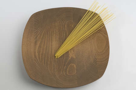 naturel: Naturel wooden plate with raw spaghetti