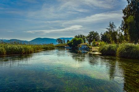 散在の雲、アクヤカ、ムーラ、トルコと青い空の下の水の流れのような透き通った水族館