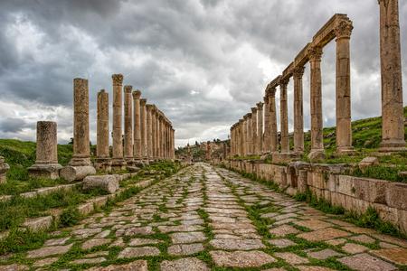 une rue colonnade dans la ville antique de la rur après une tempête avec des nuages ? ? gris foncé