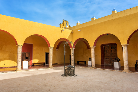 Vivid yellow colonnade under blue skies in Mexico Banque d'images