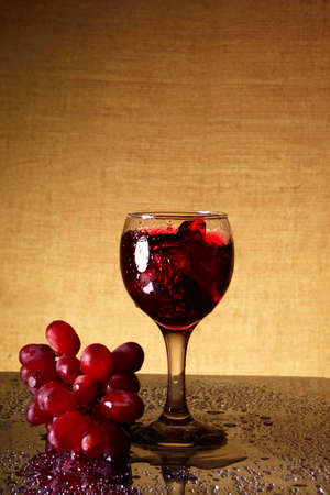 sparkling wine: a glass of sparkling wine and a bunch of grapes Stock Photo
