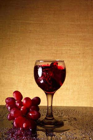 glas sekt: ein Glas Sekt und eine Weintraube