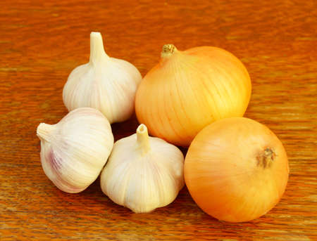 alimentation: several heads of garlic and onions on a table