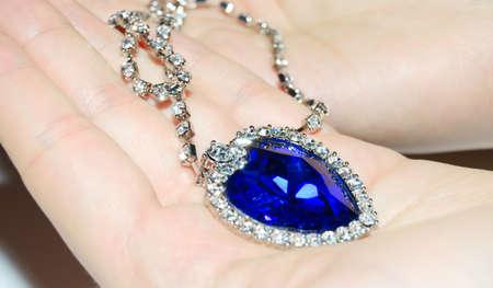 zafiro: coraz�n brillante cristal de zafiro en sus manos