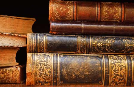 cognicion: libros antiguos en una macro de estante
