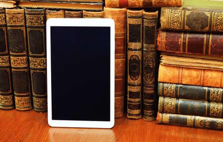 cognicion: Libros antiguos y tablet PC moderna Foto de archivo
