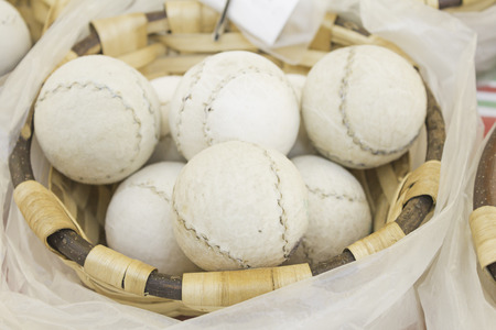 racquetball: Juegue a la pelota mano en cesta de mimbre, deporte Foto de archivo