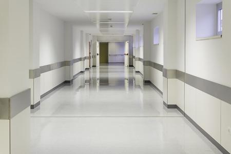 Leeg ziekenhuis hal met witte muren, geneeskunde